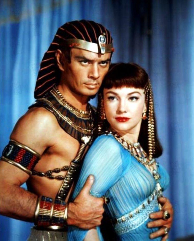 Ramsès II / Yul BRYNNER, né le 11 juillet 1920 à Vladivostok (ou à l'île Sakhaline) et décédé le 10 octobre 1985 à New York, est un acteur américain d'origine suisse, mongole et russe.