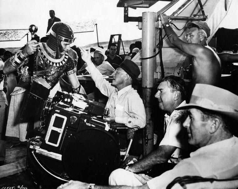 """Cecil BLOUNT DeMILLE, plus couramment appelé Cecil B. DeMILLE, est un réalisateur et producteur américain, né le 12 août 1881 à Ashfield, Massachusetts, États-Unis et décédé le 21 janvier 1959 à Los Angeles (Hollywood). D'abord acteur dans les années 1900, il fonda avec Jesse L. LASKY et Samuel GOLDWYN une société de production cinématographique (l'ancêtre de la Paramount) et réalisa en 1914 le premier film tourné à Hollywood, """"Le Mari de l'Indienne"""". Grâce à ses nombreuses comédies vaudevillesques, avec Gloria SWANSON notamment, il devint l'un des réalisateurs les plus importants du cinéma muet dans les années 1920. Il se spécialisa ensuite dans les films d'aventures et historiques, tels que """"Le Signe de la Croix"""", """"Les Croisades"""", """"Les Tuniques écarlates"""" (son premier film en Technicolor), """"Les Naufrageurs des mers du sud"""", """"Les Conquérants d'un nouveau monde"""", """"Sous le plus grand chapiteau du monde"""" ou """"Les Dix Commandements"""". Pionnier de son art et producteur indépendant, Cecil B. DeMILLE fut l'un des rares metteurs en scène à bénéficier d'une totale liberté artistique tout au long de sa carrière, et fut l'un des premiers à envisager le cinéma comme un divertissement pour le grand public. Grand directeur de foules, il sut imposer un style propre et reconnaissable. Républicain, fervent garant des valeurs morales de l'Amérique puritaine, il transgressa pourtant les règles de moralité imposées au cinéma par le code HAYS dans plusieurs de ses films, contenant des scènes de sensualité exacerbée (""""Le Signe de la croix"""") ou de métaphores à caractère érotique (""""Cléopâtre""""). Si son nom reste aujourd'hui associé excessivement à l'idée de démesure et de gigantisme au cinéma, apparaissant comme le représentant archétypal du film biblique (il n'en tourna pourtant que quatre dans sa carrière), Cecil B. DeMILLE n'en est pas moins l'un des réalisateurs les plus importants de l'âge d'or du cinéma américain. À l'instar de David W. GRIFFITH ou Charles CHAPLIN, sa carrière a été dé"""