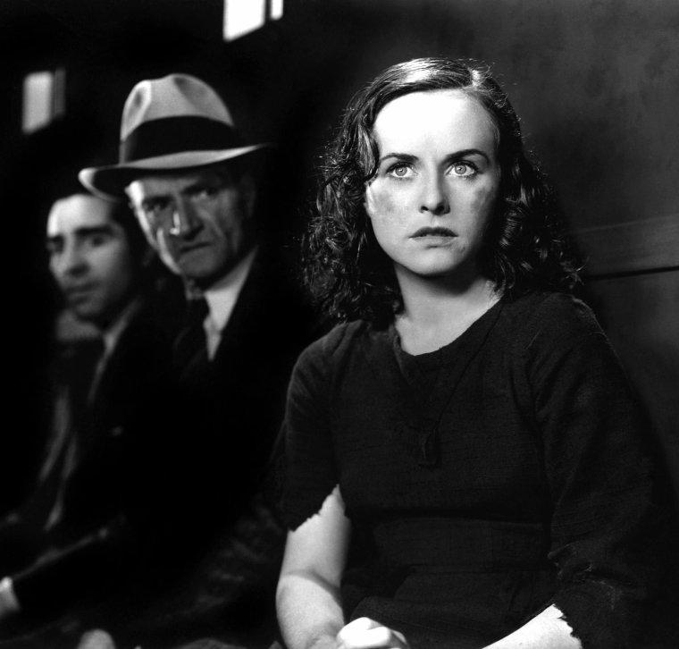 """Paulette GODDARD (Marion Pauline GODDARD LEVY), née le 3 juin 1910 à New York et morte le 23 avril 1990 à Ronco en Suisse, est une actrice américaine. Elle fut la troisième épouse de Charlie CHAPLIN : ils se marièrent secrètement en 1936 mais divorcèrent en 1942. Elle se remaria en 1958 avec le célèbre auteur d'""""À l'Ouest, rien de nouveau"""", Erich MARIA REMARQUE. Elle fut longtemps pressentie pour incarner Scarlett O'HARA dans """"Autant en emporte le vent"""". C'est la rencontre avec Charlie CHAPLIN qui va la propulser star. Rencontrée en 1932, Paulette GODDARD va inspirer à Charlie CHAPLIN le rôle de la gamine dans """"Les Temps modernes"""". Pour le film, elle prend des cours de chant, de danse et répète inlassablement des scènes du film jusqu'à l'épuisement. À sa sortie, """"Les Temps modernes"""" est assez mal accueilli par la critique et c'est de ce film que date l'hostilité persistante dont Charlie CHAPLIN ne cessa plus de faire l'objet en Amérique. Épuisés par le tournage, le couple embarque en février 1936 pour une croisière en Extrême-Orient et c'est au cours de ce voyage qu'ils se marient, une union qui restera secrète et donnera lieu plus tard à une polémique pendant les préparatifs du casting du film le plus célèbre du cinéma. En 1938, le producteur David O. SELZNICK recherche sa Scarlett pour """"Autant en Emporte le Vent"""" et toutes les actrices se mettent sur les rangs pour remporter le rôle. Paulette GODDARD est l'une des actrices pressenties. Elle passe un bout d'essai et tourne deux scènes sous la direction de George CUKOR. SELZNICK est séduit et l'envoie à La Nouvelle-Orléans pour travailler son accent du Sud. Le producteur s'est presque décidé à la choisir pour le rôle de Scarlett quand la rumeur se répand que Paulette GODDARD et Charlie CHAPLIN ne sont pas mariés, et sans preuves irréfutables de leur acte de mariage, le rôle tant convoité va lui échapper. Mais elle saura rebondir, George CUKOR lui propose un rôle dans son prochain film """"Femmes"""" où elle interprète ave"""