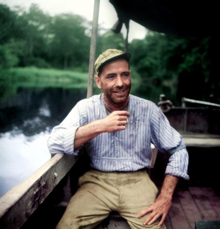 """Humphrey DeFOREST BOGART (né le 25 décembre 1899 à New York, mort le 14 janvier 1957 à Los Angeles) est un acteur américain. Surnommé « Bogey » ou « Bogie » par son public, il demeure aujourd'hui l'un des mythes les plus incontestables de l'histoire du cinéma. En 1951, il fut lauréat de l'oscar du meilleur acteur pour son rôle dans """"L'Odyssée de l'African Queen"""". En 1999, il a été classé comme étant la plus grande star masculine de tout les temps par """"l' American Film Institute"""". De plus, """"Casablanca"""", dans lequel il joue le rôle principal, est régulièrement cité parmi les cinq meilleurs films de l'histoire du cinéma. Il est aussi particulièrement connu pour sa liaison et son mariage avec l'actrice Lauren BACALL, avec laquelle il tournera plusieurs films tels que """"Le Grand Sommeil"""" (1946) et """"Le Port de l'angoisse"""" (1944). Humphrey BOGART est certainement l'un des mythes les plus durables qu'ait engendrés le cinéma en ce sens qu'à sa mort en 1957, tout le monde eut le sentiment réel de perdre un ami intime, des plus irremplaçables. « Bogie » comme l'appela toute une génération, était ce vétéran solide (13 ans de Broadway, 22 ans d'Hollywood) dont le physique fripé, hâve et caverneux, le sourire de carnassier, plaisait aux jeunes filles, et dont le franc-parler terrifiait toute l'industrie du film. « Après huit verres de whisky, je suis en pleine possession de mes facultés » avouait-il. « Ce que je pense des sports ? Il m'est arrivé de jouer au football chez John HUSTON, avec un pamplemousse. Il était deux heures du matin et nous étions fins saouls ». En outre, ses positions morales, courageuses et insolentes, faisaient de lui la conscience d'Hollywood, notamment en 1947 par son soutien controversé aux Dix d'Hollywood. Il incarna avec Lauren BACALL le couple le plus exemplaire et le plus magnifique que le cinéma ait créé sans pouvoir le détruire par la suite. L'image de BOGART reste mythique. Elle est liée à son allure, étroitement sanglé dans son imperméable, ses or"""