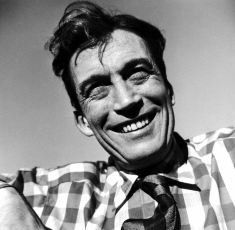 """John Marcellus HUSTON est un réalisateur et acteur, né le 5 août 1906 à Nevada, dans le Missouri et mort le 28 août 1987 à Middletown, dans le Rhode Island aux États-Unis. Après avoir été boxeur et acteur, John HUSTON s'imposa à Hollywood comme scénariste et dialoguiste (il collabora notamment à l'écriture de """"Sergent York"""" en 1941) puis comme réalisateur. Il fut l'auteur d'une quarantaine de films, dont certains - tels """"Le Faucon maltais"""", """"Le Trésor de la Sierra Madre"""", """"Key Largo"""", """"Quand la ville dort"""", """"L'Odyssée de l'African Queen"""", """"Moby Dick"""", """"La Nuit de l'iguane"""" ou """"L'homme qui voulut être roi"""" - sont devenus des classiques. Boxeur amateur dans les années 1920, il a commencé sa carrière en 1930 en tant que scénariste pour Samuel GOLDWYN. Il a surtout réalisé des films à partir de pièces et de livres à succès. Outre ses activités de dialoguiste, de scénariste puis de metteur en scène, il a également joué dans de nombreux films, à partir des années 1960, notamment dans """"The Cardinal"""", d'Otto PREMINGER et dans """"Chinatown"""", de Roman POLANSKI. Au cours de la Seconde Guerre mondiale, il est mobilisé dans l'équipe des cinéastes militaires de l'U.S. Army, sous la direction de Frank CAPRA. Là, il réalise coup sur coup trois documentaires dont on a pu dire qu'ils étaient le plus beau témoignage sur la deuxième guerre mondiale. Il faut surtout retenir """"Que la lumière soit"""" (Let there be light) (1946), document capital sur le traitement psychiatrique des blessés de guerre. Ces images insoutenables sont rapidement interdites et l'on ne reverra le film que lors du Festival de Cannes 1981 dans la section """"Un certain regard"""". Durant cette expérience, le réalisateur américain s'initiera aux techniques de l'hypnose et, de fait, se familiarisera avec l'½uvre de FREUD. En 1962, avec """"FREUD, passions secrètes"""" il réalisera non pas une biographie du père de la psychanalyse, mais surtout une introduction et un plaidoyer en faveur d'une aventure autant idéologique que scientifiq"""