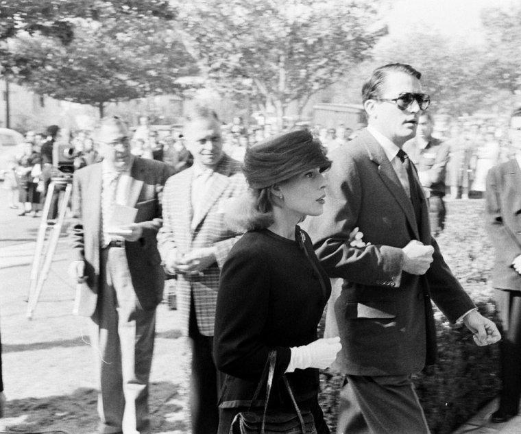 """BOGART'S FUNERAL / Il décède le 14 janvier 1957 à Hollywood. Ses funérailles ont lieu à la All Saints Episcopal Church. Ses cendres sont enterrées au Forest Lawn Memorial Park, à Glendale. Sur la tombe est écrite une phrase célèbre de son premier film avec Lauren BACALL : « If you want anything, just whistle ». Son ami John HUSTON prononça son éloge funèbre en ces termes : « Il avait reçu le plus beau de tous les dons, le talent. Le monde entier l'a reconnu, la vie lui a donné tout ce dont il rêvait et même plus ; nous ne devons pas être désolés pour lui mais plutôt pour nous qui l'avons perdu. Il est irremplaçable. Il n'y aura jamais personne comme lui... » Outre de nombreux badauds se rendant aux funérailles de """"Bogie"""", nombres de STARS et biensûr Lauren BACALL sa femme, seront présentes, telles Danny KAYE, David NIVEN, Louella PARSONS, Marlene DIETRICH, Gregory PECK, James MASON ou encore Errol FLYNN."""