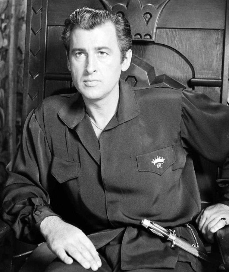 """Stewart GRANGER est un acteur britannique naturalisé américain, né le 6 mai 1913 à Londres et décédé d'un cancer le 16 août 1993 à Santa Monica (Californie, États-Unis). Il marqua de son élégance tous les rôles qu'il interpréta, notamment dans """"Scaramouche"""" ou """"Moonfleet"""". / CITATIONS / « Je n'ai jamais fait un film dont je sois fier. » « Le monde du cinéma n'est pas facile. il est plein de lutins envieux : chefs des studios, par exemple, qui détestent les individus sauf pour leur attraction. » « Je ne sais pas ce qui était le plus grand désastre : ma carrière ou mes épouses. »"""