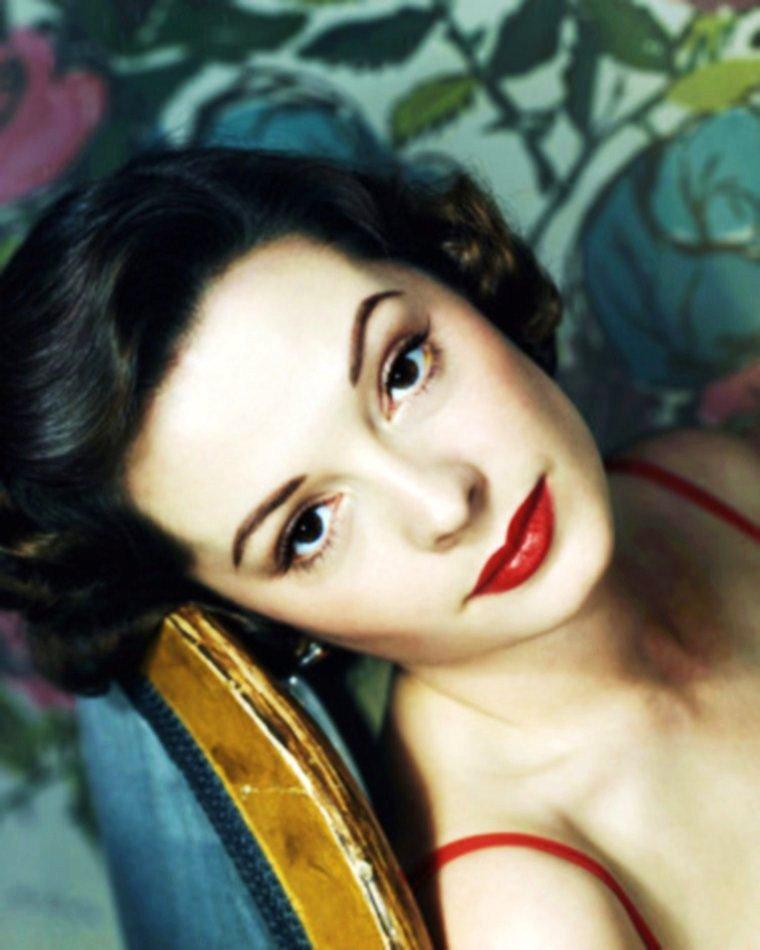 """On trouve également au générique du film """"Le prisonnier de Zenda"""", la belle Jane GREER et James MASON / Jane GREER est une actrice américaine, de son nom complet Bettejane GREER, née à Washington (district de Columbia) le 9 septembre 1924, décédée d'un cancer à Los Angeles (Californie) le 24 août 2001. D'abord chanteuse de Big band, Jane GREER est repérée en 1942 par Howard HUGHES alors qu'elle pose pour le magazine Life et engagée à la RKO Pictures. Là, elle tourne notamment deux films aux côtés de Robert MITCHUM, """"Pendez-moi haut et court"""" (1947), avec un rôle de « femme fatale », et """"Ça commence à Vera Cruz"""" (1949). Elle participe au long de sa carrière à vingt-huit films américains (de 1945 à 1996) ainsi qu'à dix-sept séries télévisées (de 1953 à 1990) et un téléfilm (en 1982). Observons qu'en 1952, dans l'un de ses films les plus connus, """"Le Prisonnier de Zenda"""", elle a notamment comme partenaire Robert DOUGLAS, qu'elle retrouvera en 1975 dans un épisode de la série """"Columbo"""". Et en 1984, elle interprète la mère de l'héroïne dans le film """"Contre toute attente"""", remake de """"Pendez-moi haut et court"""". Pour sa contribution au cinéma, une étoile lui est dédiée sur le Walk of Fame d'Hollywood Boulevard. Son mari était l'homme d'affaires Edward LASKER avec qui elle a eu un fils, devenu producteur et scénariste, Lawrence LASKER."""