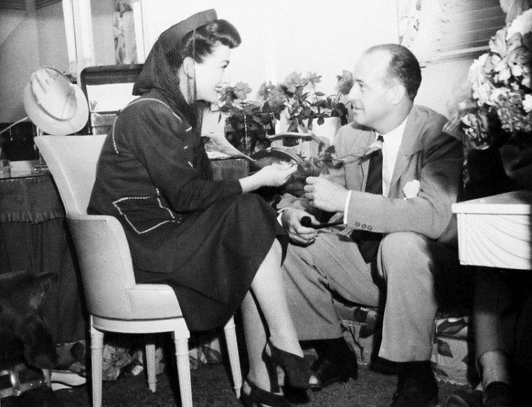 """De son vrai nom, Rollo SMOLT THORPE, Richard THORPE est un réalisateur, scénariste, monteur et acteur américain né le 24 février 1896 à Hutchinson (Kansas) et décédé le 1er mai 1991 à Palm Springs (Californie). Il est le père de Jerry THORPE. Richard THORPE a débuté dans le cinéma au début des années 20, d'abord comme acteur puis comme réalisateur, à partir de 1923. Il intègre le mythique studio Metro-Goldwyn-Mayer à partir des années 30 et dirigera certains films de """"Tarzan"""" avec Johnny WEISSMULLER (""""Tarzan trouve un fils"""", """"Les Aventures de Tarzan à New York"""" ). Au cours des années 40, il poursuit une filmographie sans grand intérêt (dont un épisode de Lassie : """"Le Défi de Lassie""""), dont seul le film """"La Main noire"""" en 1950 mérite d'être sorti du lot. Mais c'est au cours des années 50 qu'il réalisera ses plus grands films d'aventure, dans un style souvent flamboyant, travaillant pour l'occasion avec des acteurs comme Robert TAYLOR ou Stewart GRANGER. A ce titre, ses plus belles réussites sont : """"Le Prisonnier de Zenda"""" et """"Ivanhoé"""" en 1952, """"La Perle noire"""" en 1953, """"Les Chevaliers de la Table ronde"""" en 1954 ou """"Quentin Durward"""" en 1955. Comme bon nombre de ses confrères de l'époque, c'est un réalisateur touche-à-tout qui aura également ½uvré dans la comédie musicale, pour ce qui sera un des meilleurs films d'Elvis PRESLEY : """"Le Rock du bagne"""" en 1957. Il continue de réaliser des films au cours de la décennie suivante jusqu'en 1967, mais ce seront des ½uvres mineures, bien loin des classiques qu'il aura produit. Richard THORPE figure parmi les bons artisans de cette période de l'Age d'Or d'Hollywood, dont l'½uvre mérite d'être réévaluée. (photos de Richard THORPE en compagnie des acteurs qu'il dirigea, comme Gene REYNOLDS et Robert TAYLOR, Hedy LAMARR, Fay WRAY, George ROBINSON et Cesar ROMERO, Joan CRAWFORD, Wallace BEERY, Robert TAYLOR et Joan FONTAINE, ou encore sur le plateau du film """"Le prisonnier de Zenda"""", les acteurs Louis CALHERN, Robert COOTE, Stewart GR"""
