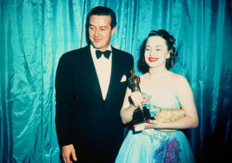 13 MARS 1947 / Dix neuvième cérémonie des OSCARS à Hollywood, où des STARS comme Fredric MARCH, Anne BAXTER, Olivia De HAVILLAND, Cathy O'DONNELL, William WYLER, Harold RUSSELL reçoivent des mains de Ray MILLAND, entre autres, la précieuse statuette.