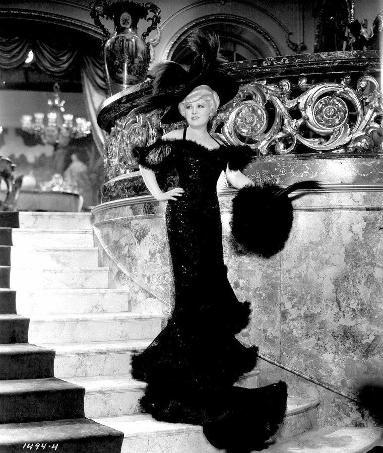 """FILM / """"Ce n'est pas un péché"""" (Belle of the Nineties) est un film américain réalisé par Leo McCAREY et sorti en 1934 avec Mäe WEST, Roger PRYOR, John MILJAN, Katherine DeMILLE et Duke ELLINGTON et son orchestre. / SYNOPSIS / À la fin du dix-neuvième siècle, à Saint Louis, la chanteuse Ruby CARTER triomphe sur la scène d'un théâtre dans le numéro """"American Beauty"""". Le boxeur Tiger KID est amoureux d'elle au grand dam de son entraineur qui veut lui faire gagner le championnat. Ce dernier organise un stratagème pour le faire rompre avec elle. Ne voulant rester sur cette déception amoureuse, Ruby s'engage dans un cabaret de la Nouvelle Orléans, """"Sensation House"""". Elle y devient l'objet de tous les désirs."""