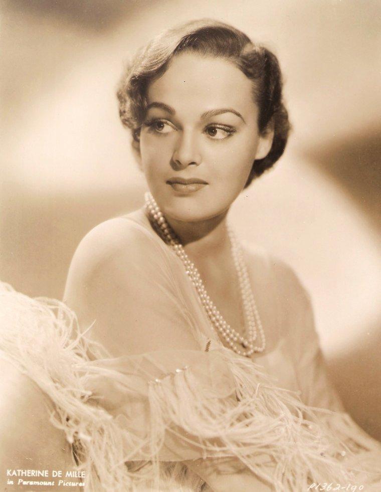 Katherine DeMILLE est une actrice canadienne, née Katherine LESTER le 29 juin 1911 à Vancouver (Canada), décédée de la maladie d'Alzheimer le 27 avril 1995 à Tucson (Arizona, États-Unis). Orpheline à neuf ans (en 1920), elle devient peu après la fille adoptive du réalisateur Cecil B. DeMILLE et de son épouse. Elle participe à seulement trente films américains, de 1930 à 1956, année où elle se retire. Elle épouse en 1937 Anthony QUINN. Le couple a cinq enfants : Christopher (1939-1941), Christina (1941), Catalina (1942), Duncan (1945) et Valentina (1952).