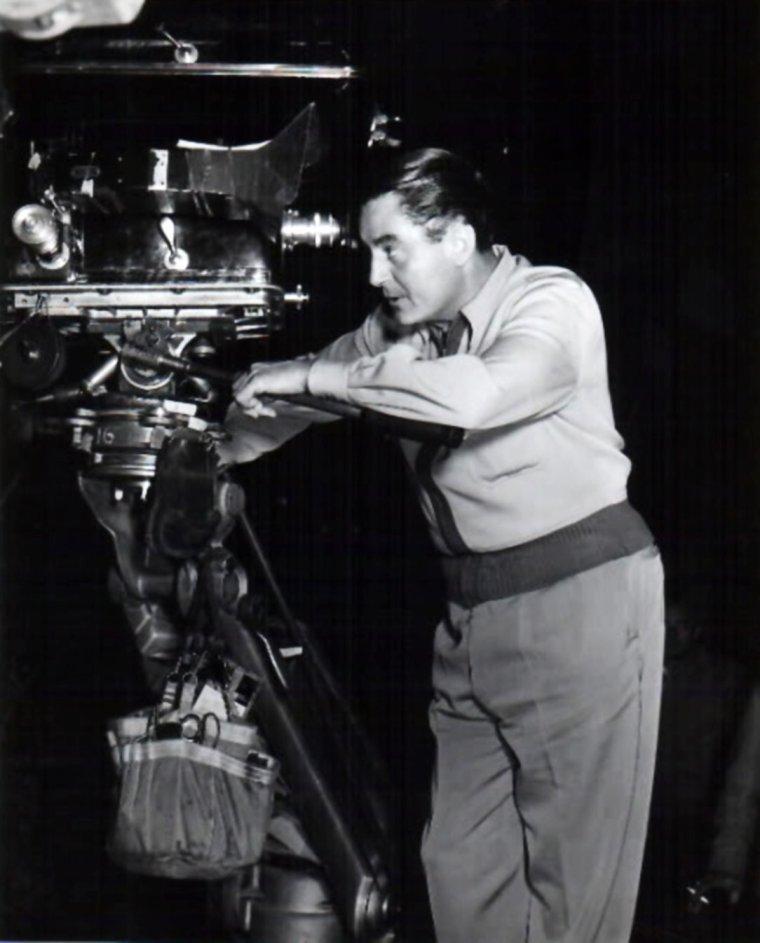 """Leo McCAREY est un réalisateur américain né le 3 octobre 1898 à Los Angeles en Californie et décédé le 5 juillet 1969 à Santa Monica en Californie. Il a obtenu quatre Oscars. Fils d'un père irlandais et d'une mère française, Leo McCAREY grandit dans une atmosphère catholique. Il étudie le droit puis exerce des petits métiers. De 1918 à 1932, il est l'assistant de Tod BROWNING. En 1921, il tourne son premier long-métrage, une comédie satirique : """"Society secrets"""". De 1923 à 1929, engagé par le producteur Hal ROACH de la Paramount, il dirige et supervise 300 courts-métrages comiques de quinze à trente minutes, dont ceux de Laurel et Hardy. En 1929, Leo McCAREY réalise seul son premier long-métrage, """"The Somophore"""". Sa carrière démarre véritablement avec """"Le Roi de l'arène"""" (1932), son premier succès. Il signe alors un contrat avec la Paramount. Il dirige les MARX Brothers dans """"La Soupe au canard"""" (1933), satire anti-militariste, qui contient la célèbre scène du miroir sans glace. McCAREY emploie Mäe WEST et l'orchestre de Duke ELLINGTON dans """"Belle of the nineties"""" (1934). """"L'Extravagant M. Ruggles"""" (1935) rompt avec le burlesque pour faire place à la comédie sentimentale, proche du style CAPRA. Charles LAUGHTON s'y révèle remarquable en maître d'hôtel européen gagné aux valeurs démocratiques de l'Amérique. Plus sombre, """"Make way for tomorrow"""" (1937), adapté du roman de Joséphine LAWRENCE, raconte la séparation progressive d'un vieux couple, incarné par Victor MOORE et Beulah BONDI, due à l'égoïsme de ses enfants. Quatre ans plus tard, Leo McCAREY quitte la Paramount et rejoint la Columbia. Il réalise """"The Awful truth"""" (1937), une comédie dont la touche spirituelle est magistralement servie par Cary GRANT. Le public lui réserve un triomphe. """"Love affair"""" (1939) transforme une romance en comédie dramatique autour du couple Charles BOYER et Irene DUNNE. McCAREY passe alors à la RKO. """"Going my way"""" (1943), dont McCAREY écrit également le scénario, signe un nouveau mélod"""
