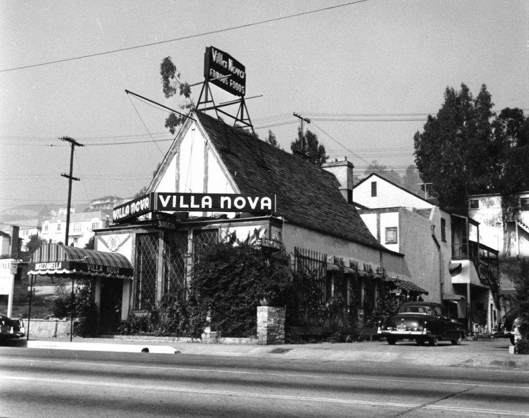 """HOLLYWOOD / Hollywood (de l'anglais « bois de houx ») est un quartier de Los Angeles (Californie) situé au nord-ouest de Downtown Los Angeles et à l'ouest de Glendale. De par sa célébrité et son identité culturelle en tant que centre historique des studios de cinéma, le terme « Hollywood » est souvent utilisé comme un métonyme du cinéma américain, et il est par ailleurs souvent utilisé pour désigner le plus grand quartier de Los Angeles. Ses deux surnoms « StarStruck Town » et « Tinseltown » font référence au rapport qui lie l'industrie cinématographique américaine à Hollywood. Aujourd'hui, toutefois, la plupart des sociétés de production se sont dispersées dans d'autres quartiers proches, comme Westside ; mais plusieurs des studios importants tels que ceux de montage, des effets visuels ou encore de postproduction demeurent toujours à Hollywood, comme les studios de la Paramount Pictures. / INDUSTRIE DU CINEMA / Au début de 1910, le réalisateur D.W. GRIFFITH est envoyé par la Biograph Company sur la côte ouest des États-Unis avec sa troupe composée des acteurs Blanche SWEET, Lillian GISH, Mary PICKFORD ou encore Lionel BARRYMORE. Ils commencent à filmer sur un terrain libre à proximité de Georgia Street dans le centre de Los Angeles. Décidant de prospecter vers le nord, la troupe parvient finalement jusqu'au petit village de Hollywood où elle reçoit un accueil amical. GRIFFITH y réalise """"In Old California"""", le premier film jamais tourné à Hollywood, un mélodrame mettant en scène des Mexicains occupant la Californie au début du XIXème siècle. La troupe de GRIFFITH reste plusieurs mois et réalise plusieurs courts métrages avant de retourner à New York. Entendant parler de ce nouvel Eldorado, plusieurs réalisateurs se rendent à l'Ouest en 1913 mais tous les films tournés de 1908 à 1913 sont des courts-métrages. Le premier long métrage, marquant la naissance de l'industrie du cinéma à Hollywood - The Squaw Man - est dirigé par Cecil B. DeMILLE en 1914. Durant la Premiè"""
