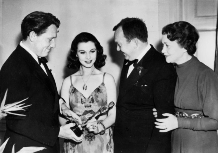 """29 Février 1940 / C'est lors de la 12ème cérémonie des Academy-Awards que Vivien LEIGH remporte la fameuse statuette en tant que meilleure actrice pour son rôle de Scarlett O'HARA dans le film """"Autant en emporte le vent"""" (voir dans ce blog) ; elle est accompagnée alors de son mari Laurence OLIVIER et reçoit l'Oscar des mains de David O'SELZNICK ; on pourra également croiser Spencer TRACY, Fay BAINTER ou encore Thomas MITCHELL..."""