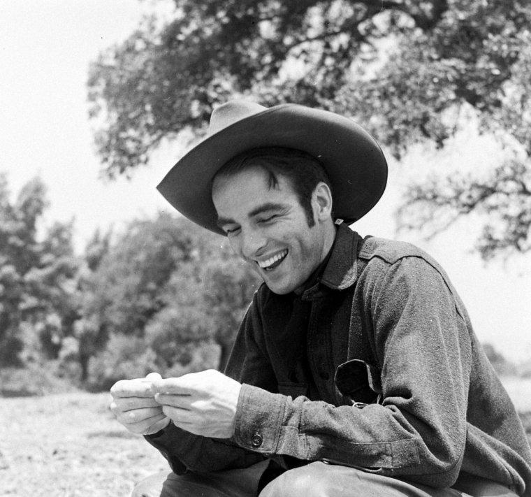"""Edward Montgomery CLIFT, né le 17 octobre 1920 à Omaha (Nebraska) et mort le 23 juillet 1966 à New York, est un acteur américain. À la fin des années 1940, Montgomery CLIFT impose au cinéma une interprétation qui modifie radicalement, et définitivement, l'image du héros américain. Aux antipodes de la virilité monolithique, il révèle des émotions, des doutes, qui troublent et motivent son jeu ; avec lui, le personnage devient pensant, complexe, nuancé et vulnérable. À ce titre, l'affrontement avec John WAYNE (visiblement déconcerté) dans """"La Rivière rouge"""" est tout à fait emblématique."""