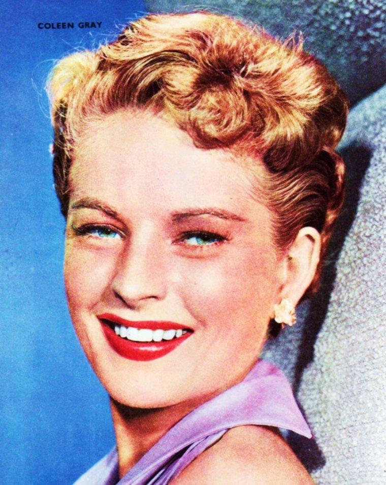 """Coleen GRAY est une actrice américaine, née Doris Bernice JENSEN le 23 octobre 1922 à Staplehurst (en) (Nebraska). Coleen GRAY joue au cinéma à partir de 1944, aux côtés notamment de Victor MATURE (""""Le Carrefour de la mort"""" en 1947, son premier grand rôle), de John WAYNE (""""La Rivière rouge"""" en 1948) ou de Sterling HAYDEN (""""L'Ultime Razzia"""" en 1956) ; elle tourne régulièrement jusqu'en 1968, avant deux derniers films en 1971 et 1985. À la télévision, entre 1950 et 1986, elle participe à plusieurs séries bien connues (ex. : """"Perry Mason"""", """"Mannix"""", """"Bonanza"""") et à deux téléfilms. Au théâtre (où elle débute avant d'être sollicitée par Hollywood), elle joue une seule fois à Broadway en 1949, avec Charlton HESTON, dans la pièce """"Leaf and Bough"""" de Joseph HAYES, mise en scène par Rouben MAMOULIAN."""