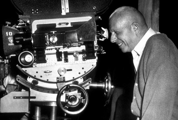 """Howard HAWKS est un réalisateur, producteur, et scénariste américain né le 30 mai 1896 et mort le 26 décembre 1977. Il appartient à la période classique d'Hollywood. Réalisateur à la production riche et éclectique, il est l'auteur de plusieurs films d'importance tels """"Scarface"""", """"L'Impossible Monsieur Bébé"""", """"Le Grand Sommeil"""", """"Les hommes préfèrent les blondes"""" et """"Rio Bravo"""". Cinéaste de la morale, ses personnages sont souvent caractérisés par une grande rigueur d'esprit et un fort sens du devoir. François TRUFFAUT qualifiera son ½uvre de « cinéma à hauteur d'homme» par sa mise en scène frontale et le refus de diminuer ses personnages. Howard WINCHESTER HAWKS est né le 30 mai 1896 à Goshen dans l'Indiana. Il est le premier enfant de Frank W. HAWKS, industriel de l'Indiana et de Helen HOWARD issue d'une riche famille d'industriels du papier dans le Wisconsin à Neenah. Diplômé de Cornell en 1918, il est pilote de course avant de rejoindre l'aviation militaire pendant la Première Guerre mondiale. Aussi ses films mettant en scène des aviateurs et des pilotes de course ont un cachet d'authenticité. Après la guerre, il exerce divers petits métiers puis s'installe à Hollywood en 1924. Il écrit son premier scénario, """"Tiger Love"""", la même année et dirige son premier film l'année suivante : """"The Road to Glory"""". Après huit films muets, il passe au parlant sur le film """"La Patrouille de l'aube"""" en 1930. Parmi ses films, nombreux sont ceux qui ont fait date dans l'histoire du cinéma, comme """"L'Impossible Monsieur Bébé"""" avec Cary GRANT, """"Le Grand Sommeil"""" avec Humphrey BOGART et Lauren BACALL, """"Les hommes préfèrent les blondes"""" avec Marilyn MONROE, ou """"Rio Bravo"""" avec John WAYNE. Il est mort le 26 décembre 1977 à Palm Springs en Californie, des séquelles d'une chute, le lendemain du décès de Charles CHAPLIN. (photos d'Howard en compagnie de quelques acteurs qu'il dirigea tels Cary GRANT et Rita HAYWORTH / sa femme Dee HARTFORD qu'il épousa en 1953 / Humphrey BOGART et Lauren BACA"""