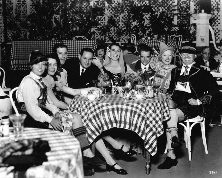 """Howard Robard HUGHES (né le 24 décembre 1905 à Houston où il est mort le 5 avril 1976), est un aviateur, constructeur aéronautique, homme d'affaires et producteur cinématographique américain. Il fut l'un des hommes les plus riches et les plus puissants des États-Unis d'Amérique. Il devint célèbre à la fin des années 1920 comme producteur de films à gros budget et souvent controversés comme """"Les Anges de l'enfer"""", """"Scarface"""" et """"Le Banni"""". Aviateur, il établit plusieurs records mondiaux de vitesse et construisit les avions HUGHES H-1 Racer et H-4 """"Hercules"""", un des plus grands avions du monde. Il acheta et développa la Trans World Airlines. HUGHES reste aussi connu comme playboy et homme à femmes mais aussi pour son comportement excentrique et pour avoir vécu reclus les dernières années de sa vie, principalement à cause de troubles mentaux. Très vite, il s'illustra dans la production de films avec quelques grands succès comme """"Les Anges de l'enfer"""" (Hell's Angels) (1930), """"Scarface"""" (1932), """"The Outlaw"""" (1943). Il devient également célèbre pour ses nombreuses conquêtes féminines parmi lesquelles Cyd CHARISSE, Joan CRAWFORD, Bette DAVIS, Billie DOVE, Olivia De HAVILLAND, Joan FONTAINE, Ava GARDNER, Jean HARLOW, Rita HAYWORTH, Katharine HEPBURN, Janet LEIGH, Terry MOORE, Jean PETERS (épouse de 1957 à 1971), Jane RUSSELL, Elizabeth TAYLOR, Faith DOMERGUE, Gene TIERNEY et Lana TURNER. Il fut très mal accepté par les grands patrons de studio qui venaient de prendre le contrôle du cinéma au cours des années précédentes. Au début des années 1930, avant l'ascension de Darryl F. ZANUCK, tous les dirigeants des grands studios étaient juifs. Ils accusèrent HUGHES d'antisémitisme et lui créèrent des difficultés. Autant ils pouvaient accepter les folies personnelles et économiques des """"Anges de l'enfer"""", autant il était inacceptable que HUGHES débauche Howard HAWKS de First National Pictures, qui venait d'être rachetée par la WARNER. Les grands patrons firent bloc dans le procès """