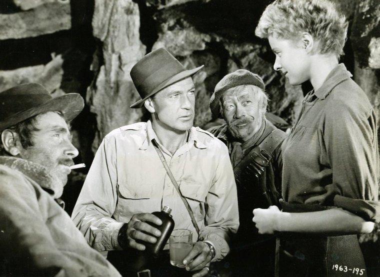 """Frank James COOPER, plus connu sous le nom de Gary COOPER est un acteur américain né le 7 mai 1901 à Helena (Montana) et mort le 13 mai 1961 à Beverly Hills (Californie) des suites d'un cancer de la prostate. Cascadeur à Hollywood au début des années 1920, Gary COOPER signa un contrat avec la Paramount et devint rapidement une vedette grâce à ses interprétations dans """"Les Ailes"""" de William A. WELLMAN, """"C½urs brûlés"""" de Joseph Von STERNBERG et """"L'Adieu aux armes"""" de Frank BORZAGE. Il s'imposa au milieu des années 1930 comme une vedette internationale avec des films d'aventures comme """"Les Trois Lanciers du Bengale"""" ou """"Beau Geste"""" et les comédies dramatiques de Frank CAPRA, """"L'Extravagant Mr. Deeds"""" et """"L'Homme de la rue"""". Avec son physique impressionnant et son jeu sobre, il fut une incarnation à l'écran des héros de l'Amérique des années 1940 : """"Le Sergent York"""", le joueur de baseball Lou GEHRIG (dans """"Vainqueur du destin""""), """"Le docteur Wassell"""" ou encore Robert JORDAN dans l'adaptation au cinéma de """"Pour qui sonne le glas"""". Acteur de western, Gary COOPER obtint son plus grand triomphe en 1952 en incarnant le courageux shérif du """"Train sifflera trois fois"""". Il termina sa carrière avec des succès comme """"Vera Cruz"""" ou """"La Loi du Seigneur"""" (Palme d'or à Cannes en 1957). Son jeu tout en retenue l'a conduit à incarner régulièrement des personnages taciturnes, solitaires ou peu diserts, à l'image de ses compositions dans des westerns comme """"Le train sifflera trois fois"""", """"Le Jardin du diable"""" ou """"Vera Cruz"""". Toutefois, il fut aussi employé par Ernst LUBITSCH dans des comédies de m½urs plus dialoguées (""""Sérénade à trois"""", """"La Huitième Femme de Barbe-Bleue"""") et interpréta des rôles dramatiques pour Frank CAPRA, King VIDOR (""""Le Rebelle"""") ou Otto PREMINGER (""""Condamné au silence""""). Séducteur à la ville comme à l'écran, il fut marié à la même femme de 1933 à sa mort mais connut de nombreuses relations extra-conjugales, parfois avec ses partenaires, comme l'actrice Patricia NEAL"""