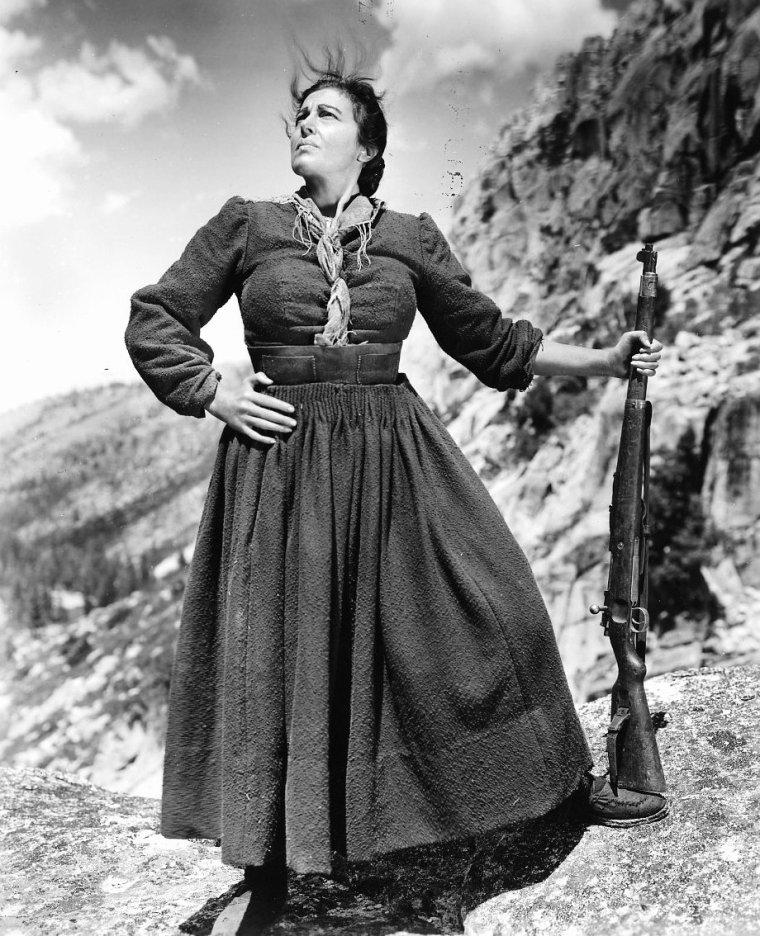 """On trouve également dans le film """"Pour qui sonne le glas"""", une autre actrice, Katina PAXINOU qui d'ailleurs remporta l'Oscar de la meilleure actrice dans un second rôle pour ce film : Katína PAXINOU (grec moderne : Κατίνα Παξινού), née Ekateríni Konstantopoúlou (Αικατερίνη Κωνσταντοπούλου) le 17 décembre 1900 au Pirée et morte le 22 février 1973 à Athènes, est une actrice grecque. (photos de l'actrice en compagnie d'Ingrid BERGMAN ou Gary COOPER dans le film """"Pour qui sonne le glas"""", et lors de la 16ème cérémonie des Oscars, le 2 Mars 1944 lorsqu'elle remporta la statuette aux côtés de Jennifer JONES, Paul LUKAS et Charles COBURN qui remportèrent également le célèbre prix cette année là)."""