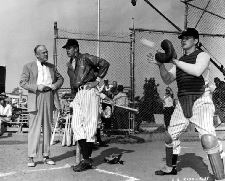 """Sam WOOD est un réalisateur américain né le 10 juillet 1883 à Philadelphie (Pennsylvanie) et décédé le 22 septembre 1949 à Hollywood (Californie). Il débuta dans la mise en scène en 1920 et dirigea sans discontinuer des vedettes comme Wallace REID, Marion DAVIES, Norma SHEARER et surtout Gloria SWANSON dont il fut le réalisateur attitré de 1921 à 1925 (9 films, tous pour Paramount Pictures). Il a réalisé deux films avec les MARX Brothers (""""Une nuit à l'opéra"""" et """"Un jour aux courses"""") et a participé à l'aventure de """"Autant en emporte le vent"""" (non crédité au générique). De l'homme nous savons très peu de choses, mais quelques détails pittoresques aideront peut-être à le situer : il était président de l'""""Alliance pour la Préservation des Idéaux Américains"""" et son testament stipulait que sa fille serait déshéritée si elle s'inscrivait au Parti Communiste...(photos de Sam en compagnie de STARS qu'il dirigea, notamment Claire DuBREY, Norman FOSTER, Polly MORAN, John WATERS et Marie DRESSLER /  Ingrid BERGMAN, Katina PAXINOU et Gary COOPER dans """"Pour qui sonne le glas"""" / Norma SHEARER et Johnny MACK BROWN / Myrna LOY / Basil RATHBONE et Joan FONTAINE / Gary COOPER et Cecil B DeMILLE)."""