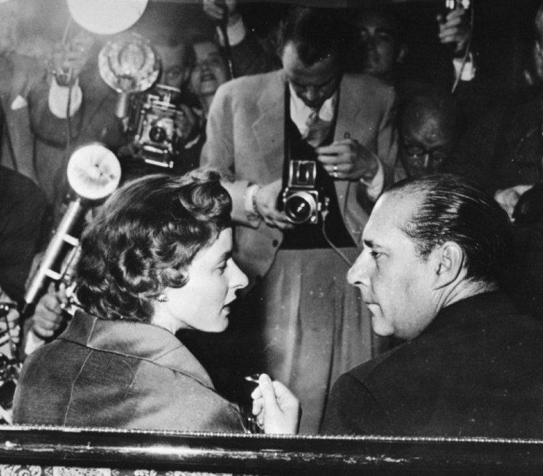 """COUPLE DE LEGENDE / Ingrid BERGMAN et Roberto ROSSELLINI ; C'est en 1948, après avoir vu """"Rome, ville ouverte"""", qu'Ingrid BERGMAN écrivit à Roberto ROSSELLINI pour lui proposer de travailler avec elle : « Cher M. ROSSELLINI, J'ai vu vos films """"Rome, ville ouverte"""" et """"Païsa"""", et les ai beaucoup appréciés. Si vous avez besoin d'une actrice suédoise qui parle très bien anglais, qui n'a pas oublié son allemand, qui n'est pas très compréhensible en français, et qui en italien ne sait dire que « ti amo », alors je suis prête à venir faire un film avec vous. » — Ingrid BERGMAN. Elle accepta le rôle du film qu'il avait alors en préparation, """"Stromboli"""". Ils se marièrent le 24 mai 1950 et eurent trois enfants : les jumelles Isabella ROSSELLINI (qui deviendra actrice et mannequin) et Isotta (qui sera professeur d'université) ; et un fils, Roberto Ingmar ROSSELLINI. Cette relation suscita un scandale : BERGMAN, enceinte au moment de son mariage, fut présentée comme « l'apôtre de la dégradation d'Hollywood » et contrainte à quitter les États-Unis d'Amérique. Au cours des années suivantes, elle apparut dans quatre autres films de ROSSELLINI, dont """"Voyage en Italie"""" (1954), film très important, considéré par plusieurs critiques des Cahiers du cinéma comme étant le premier « film moderne ». ROSSELLINI et BERGMAN divorceront le 7 novembre 1957."""