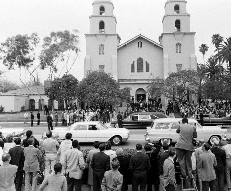 15 Mai 1961 / C'est devant une foule de badauds, d'admirateurs et de journalistes, qu'auront lieu ce jour là à Beverly-Hills, les funérailles de Gary COOPER ; de nombreuses personnalités seront présentes, telles Dinah SHORE, Marlene DIETRICH, Karl MALDEN et Alec GUINNESS, Edward G ROBINSON ou encore John WAYNE et sa femme Pilar PALETTE.