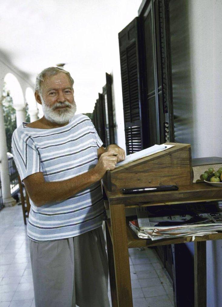 """Ernest MILLER HEMINGWAY, né le 21 juillet 1899 à Oak Park dans l'Illinois aux États-Unis et mort le 2 juillet 1961 à Ketchum (Idaho), est un écrivain, journaliste et correspondant de guerre américain. Son style d'écriture, caractérisé par l'économie et la litote, a influencé le roman du XXème siècle, comme l'ont fait sa vie d'aventurier et l'image publique qu'il entretenait. Il a écrit la plupart de ses ½uvres entre le milieu des années 1920 et le milieu des années 1950, et sa carrière a culminé en 1954 lorsqu'il a remporté le prix Nobel de littérature. Ses romans ont rencontré un grand succès auprès du public du fait de la véracité avec laquelle il dépeignait ses personnages. Plusieurs de ses ½uvres furent élevées au rang de classiques de la littérature américaine. Il a publié sept romans, six recueils de nouvelles et deux ½uvres non romanesques de son vivant. Trois romans, quatre recueils de nouvelles et trois ½uvres non romanesques ont été publiés à titre posthume. HEMINGWAY est né et a grandi à Oak Park, une ville située en banlieue ouest de Chicago dans l'Illinois. Après avoir quitté le lycée, il a travaillé pendant quelques mois en tant que journaliste, avant de partir pour le front italien et devenir ambulancier pendant la Première Guerre mondiale, ce qui a servi de fondement à son roman """"L'Adieu aux armes"""". Il fut grièvement blessé et passa alors plus de trois mois à l'hôpital. A sa sortie, il s'engagea dans l'armée italienne. En 1922, HEMINGWAY épousa Hadley RICHARDSON, la première de ses quatre épouses, et le couple s'installa à Paris où il travailla comme correspondant étranger. Au cours de cette période, il rencontra et fut influencé par des écrivains et des artistes modernistes des années 1920 de la communauté expatriée connus sous le nom de Génération perdue. Son premier roman, """"Le soleil se lève aussi"""", a été écrit en 1926. Après avoir divorcé d'Hadley RICHARDSON en 1927, HEMINGWAY épousa Pauline PFEIFFER ; ils divorcèrent après le retour d'HEMINGWAY """
