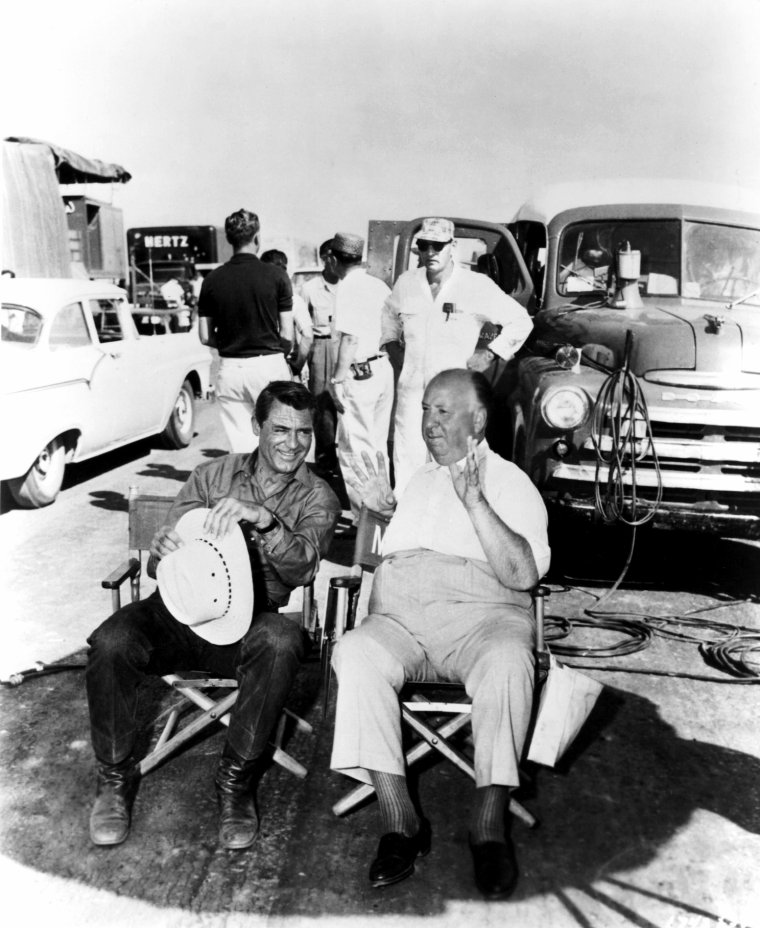 """ON THE SET / """"La Mort aux trousses"""" est, de tous les films d'Alfred HITCHCOCK, l'un des plus admirés, cités, référencés. Un film canonique, avec une scène d'anthologie (une lutte à mort entre un homme seul et un petit avion), qui a bouleversé les règles du divertissement hollywoodien en le portant à son sommet de raffinement et de sophistication : récit étourdissant, mise en scène souveraine, inventivité visuelle portée à ébullition.  Il s'agit là d'un divertissement entièrement voué au principe de plaisir, un film d'action régi par une logique de spectacle où tout repose sur les épaules d'un héros moderne, prélevé dans la foule, victime d'un quiproquo, lancé dans l'aventure. L'affaire Roger THORNHILL, sous ses allures de récréation glamour, transforme le film en mode d'emploi du cinéma d'HITCHCOCK, définissant aussi bien sa mise en scène que sa relation au spectateur, révélant ses obsessions thématiques et esthétiques. Dans """"La Mort aux trousses"""", l'art total d'HITCHCOCK s'offre en pleine lumière."""