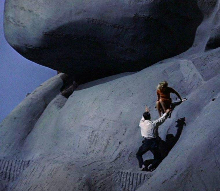 Le mémorial national du Mont Rushmore (en anglais : Mount Rushmore National Memorial), situé près de la ville de Rapid City dans l'État du Dakota du Sud aux États-Unis, est une sculpture monumentale en granite localisée à l'intérieur du mémorial présidentiel des États-Unis qui retrace 150 ans de l'histoire du pays. Les sculptures, hautes de 18 mètres, représentent quatre des présidents les plus marquants de l'histoire américaine. Il s'agit de gauche à droite de George WASHINGTON (1732-1799), de Thomas JEFFERSON (1743-1826), de Theodore ROOSEVELT (1858-1919) et d'Abraham LINCOLN (1809-1865). Le mémorial couvre une surface de 5,17 km² et se situe à 1 745 mètres d'altitude. Il est géré par le National Park Service qui dépend du Département de l'Intérieur des États-Unis et attire plus de deux millions de visiteurs chaque année. Le découpage de la roche débuta en 1927 et se termina en 1941. L'image de Thomas JEFFERSON fut à l'origine prévue à la droite de WASHINGTON mais à cause d'une roche non adaptée à la sculpture de son visage, il passa à gauche de WASHINGTON.