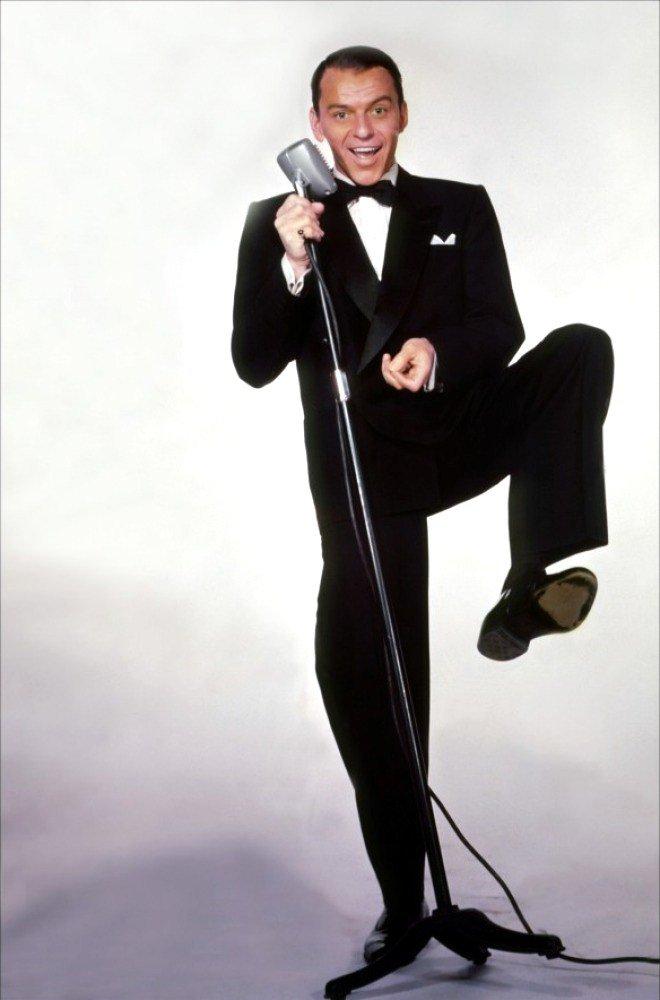 """Francis Albert SINATRA, dit Frank SINATRA, né le 12 décembre 1915 à Hoboken, New Jersey et mort le 14 mai 1998 à Los Angeles, est un chanteur et acteur américain, né d'un père d'origine sicilienne et d'une mère originaire de Ligurie (Italie). Crooner à la réputation mondiale, surnommé """"The Voice"""" ou """"Ol' Blue Eyes"""" ou encore """"The Chairman of the Board"""", il fut le meneur du fameux """"Rat Pack"""" du milieu des années 1950 au milieu des années 1960. Il a vendu plus de 150 millions de disques. En juin 1944, SINATRA signe un contrat de cinq ans avec la MGM et tourne avec Gene KELLY dans """"Anchors Aweigh"""" (Escale à Hollywood). La scène où les deux marins américains dansent sur des lits restera un morceau d'anthologie."""
