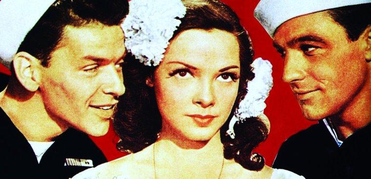 """Kathryn GRAYSON, née Zelma Kathryn Elisabeth HEDRICK, est une actrice et chanteuse américaine née le 9 février 1922 à Winston-Salem (Caroline du Nord) et morte le 17 février 2010 à Los Angeles (Californie). Sa formation de chanteuse classique l'a fait choisir par la Metro-Goldwyn-Mayer pour interpréter les rôles principaux de quelques-unes des plus grandes comédies musicales des années 1940-1950, parmi lesquelles """"Show Boat"""" (1951) et """"Embrasse-moi, chérie"""" (1953). (photos de Kathryn pour le film """"Escale à Hollywood"""", dont 1 photo de Kathryn et son premier mari John SHELTON)."""