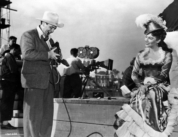 George Sidney est un réalisateur et producteur américain, né le 4 octobre 1916 à New York, et décédé le 5 mai 2002 à Las Vegas. Il était un spécialiste des films musicaux. Il signa pourtant deux grands classiques du film d'aventures : Les Trois Mousquetaires en 1948 et Scaramouche en 1952. (photos de SIDNEY en compagnie de sa femme et son chien, d'acteurs qu'il dirigea comme Clark GABLE, Betty HUTTON ou encore Ava GARDNER).
