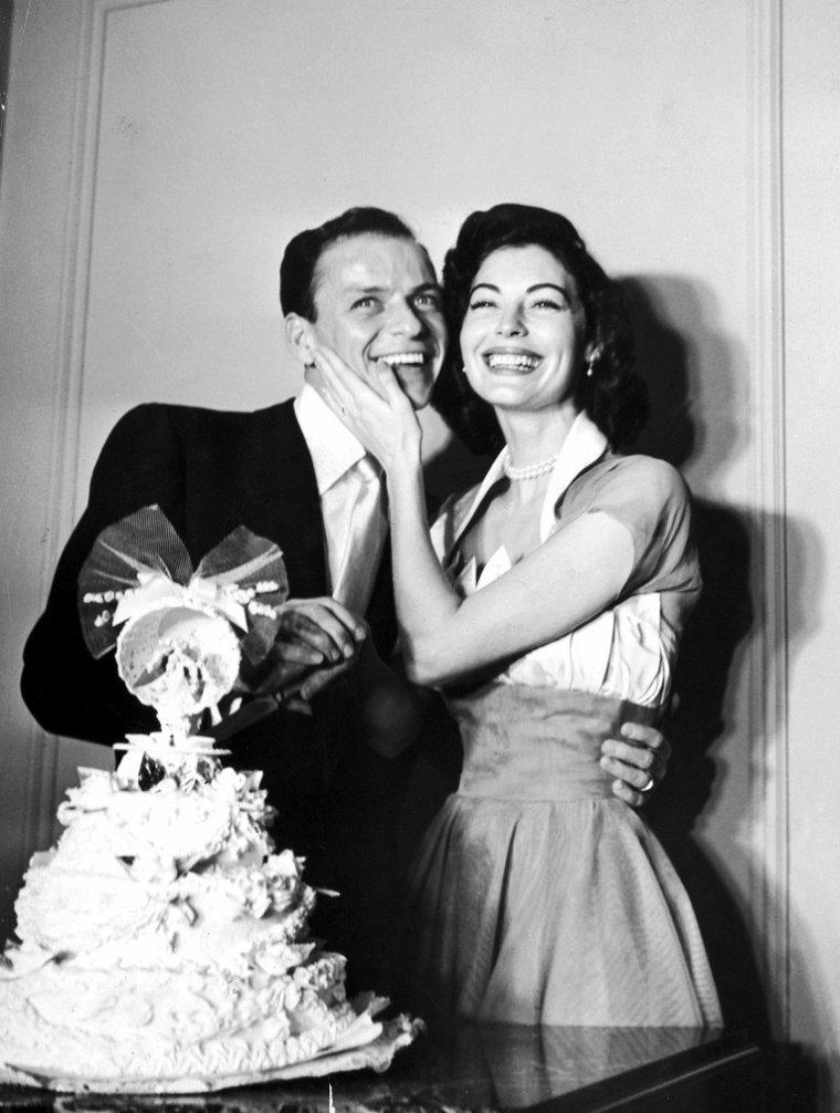 COUPLE DE LEGENDE / Ava GARDNER et Frank SINATRA / Ils se rencontrent fin 1949 ; Frank est alors marié avec Nancy (le couple divorcera en Octobre 1951). Frank, qui n'a jamais été alors très fidèle envers son épouse, fréquente Ava qui, elle, de son côté, entretient des liaisons avec le réalisateur - producteur milliardaire Howard HUGHES, ainsi que Howard DUFF, ou encore l'acteur Robert TAYLOR. Le 27 Mars 1951 Frank enregistre « l'm A Fool To Want You », une chanson co-écrite et dédiée à Ava. L'acteur-chanteur au creux de la vague et la star montante vont connaître une passion tumultueuse et mouvementée qui va défrayer la presse à scandale pendant des années. Rongés mutuellement par la jalousie, leur relation sera ponctuée de violentes disputes. Quand leur liaison éclate au grand jour, la presse se déchaîne, Ava est qualifiée de briseuse de ménages, des prêtres catholiques leur envoient des lettres accusatrices, La Ligue de Défense de la Décence menace de boycotter les films d'Ava ! Le 7 novembre 1951 les deux stars hollywoodiennes du cinéma et de la chanson se marient. Ils se séparent quatre ans après leur mariage : en 1955, Ava quitte les États-Unis et s'installe en Espagne à La Moraleja près du centre de Madrid. Elle avait déjà rencontré Luis Miguel DOMINGUIN, torero célèbre, quelque temps auparavant à une soirée madrilène et la star a enfin avec lui une relation amoureuse plus apaisée que celle qu'elle a partagée avec SINATRA. C'est d'ailleurs à cette époque que le couple GARDNER - SINATRA se sépare pendant trois ans, ils finiront par divorcer le 5 juillet 1957. Ils garderont tout au long de leur vie une relation d'amitié profonde. Frank SINATRA considéra toujours qu'Ava était la femme de sa vie. Une liaison tumultueuse : l'alcool, la jalousie, le cinéma. Tout est excessif entre Ava GARDNER et Franck SINATRA. Mais au milieu de ce tourbillon, il y a aussi des moments de trêve, de calme, qui ressemblent vraiment à l'amour... La voix de Franck SINATRA derrière elle, 