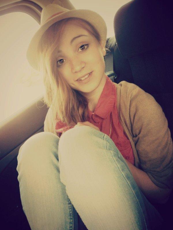 Regardez cette fille, elle sourit. Mais dans le fond, qui sait.. Peut-être qu'elle souffre.
