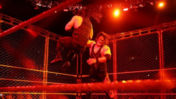 Possible raison du retour de Kane  Le retour de Kane devrait être construit autour d'une vengeance pour l'honneur de The Undertaker, un retour qui pourrait préparer le retour de The Undertaker qui ferait équipe avec The Shield pour Survivor Series.