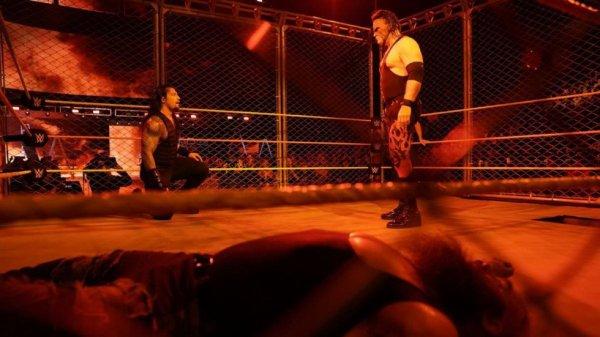 Kane de retour à la WWE  Kane a fait son retour sur les écrans de la WWE lors de Raw hier soir en attaquant Roman Reigns durant le Steel Cage Match.  Kane s'est révélé comme étant le cinquième membre de la team de The Miz pour leur match face à The Shield à TLC.