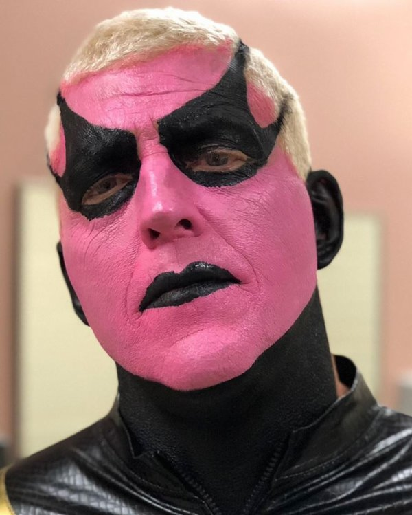 Photo : Goldust avec un maquillage rose