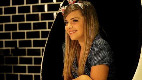 """La chanson """"me voici"""" n'est pas un titre de Caroline Costa. Elle prète seulement sa voix à Barbie."""