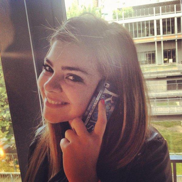 Caroline et son Iphone Robin des Bois :)