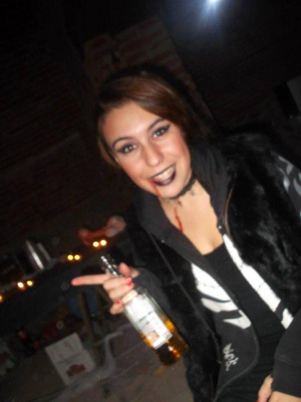 Soirée halloween bien arrosé ahah je suis celle avec le rouge a lèvre noir :)