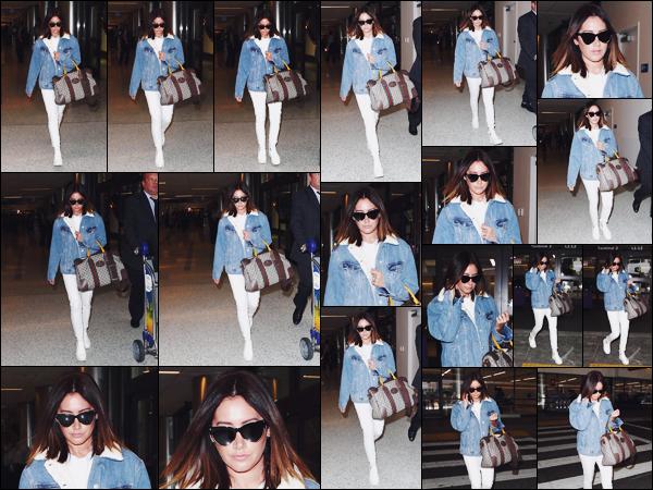 . 17.11.17 : Ashley Tisdale a été photographiée alors qu'elle sortait de l'Aéroport International de LAX - CA. Après presque 2 semaines sans nouvelles, Ash' a enfin pointé le bout de son nez ! Je suis vraiment amoureuse de sa tenue, un top.  .