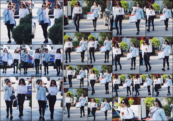 . 03.12.17 : Ashley et Lea Michele ont été vues faisant des emplettes dans les rues de Brentwood à Los Angeles. Deux sorties d'affilées, il y a de quoi être ravie ! Nous la retrouvons tout sourire en compagnie de sa grande copine, Lea M. Un beau top.  .