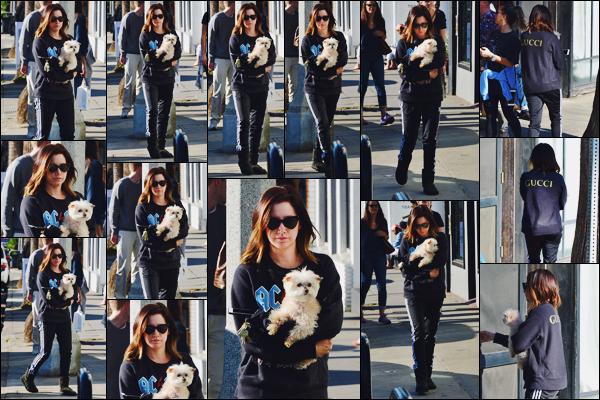 . 19.12.17 : Ashley Tis' a été aperçue se rendant au magasin « Kelley Baker Explore » à Venice Beach dans LA. Maui dans les bras, Tizzie n'a pas l'envie de sourire... C'est quoi cet accoutrement ? Les vêtements choisis sont mal accordés. Un flop !  .