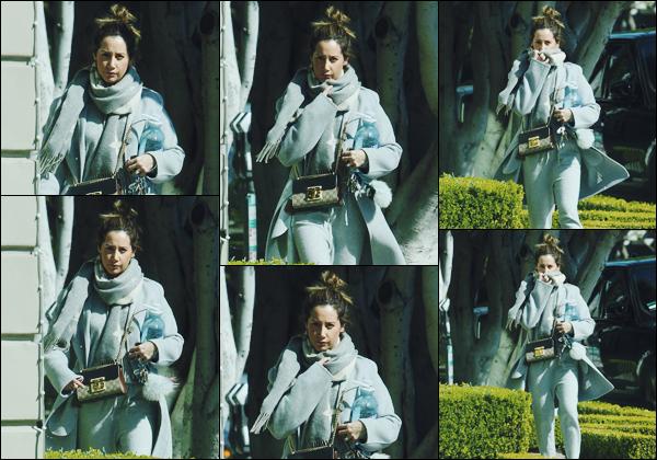 . 22.02.18 : Ashley Tisdale a été aperçue alors qu'elle se dirigeait vers le salon « 454 North » à West Hollywood. Encore une fois, peu de photos dispos... Que dire à part que c'est un style plutôt sportswear que Tis' abordait. Difficile de donner un avis.  .