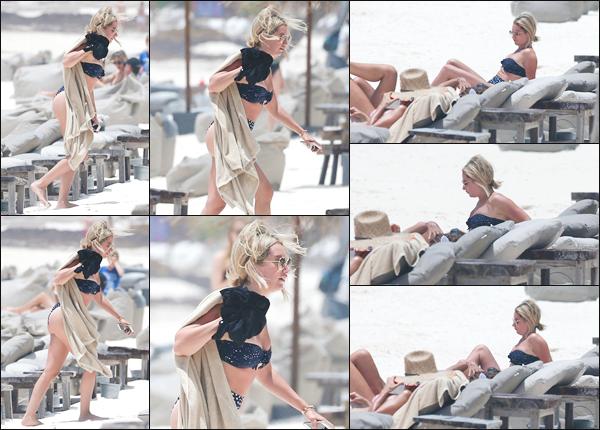''• '02/08/18:'' Ashley Tisdale a été vue alors qu'elle prenait du bon temps sur une plage à Tulum, Mexique !! Pour sa première sortie à la plage de la journée, notre jeune actrice portait un bikini plutôt joli. Je lui accorde un grand top pour sa tenue.