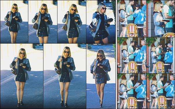 """.• 15/10/2018- : De bon matin,  Ashley M. Tisdale a été vue se rendant à """"L'aroma"""" café dans la ville de ▬ Los Angeles ! Elle a ensuite rejoint sa BFF Vanessa Hudgens dans ce café. Coté tenue c'est plutôt simple et chic mais  j'aime beaucoup. C'est un top  - Des avis ? ."""