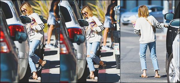 .• 20/10/2018- : -Ashley tisdale était avec son petit chien Maui pour rejoindre sa voiture dans les rues de ▬ Los Angeles ! Très peu de photos de cette sortie, de ce que l'on voit sur les photos j'aime beaucoup sa tenue. Ash est toujours très proche de son chien - Des avis ? .