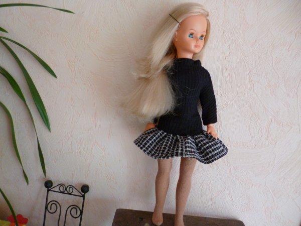 une magnifique cathie, RAIE SUR LE COTE ...YEUX MAGNIFIQUES habillée d'une robe noire et blanche faite maison...seul défaut de la demoiselle c'est les quelques traces dans la mousse d'une jambe sinon elle est SUBLIME