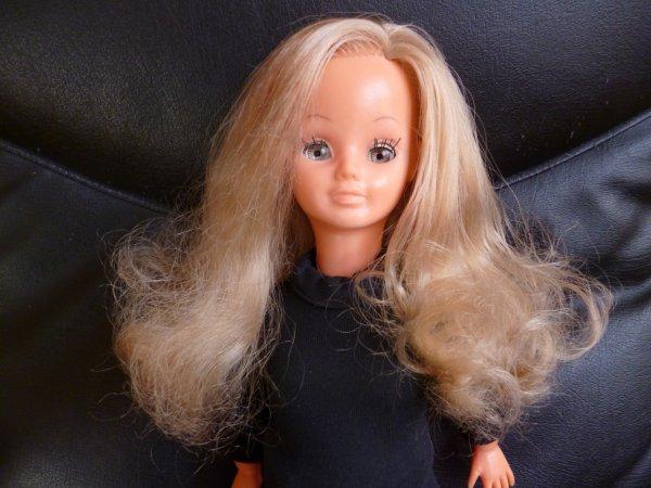 une magnifique Betsie remise en état : j'ai retouché ses paupières qui étaient couvertes de feutre bleu..son menton était abimé, j'ai dû poncé un peu la belle mais elle n'a pas trop de cicatrice !!!! elle a une magnifique chevelure que j'ai volontaire bouclé et une tenue maison