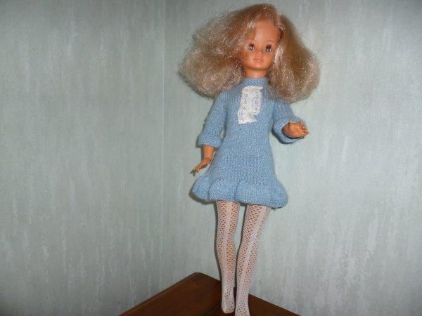 cathie relookée : cheveux coupée (base et mèche) très épais, de jolis yeux marrons et des collants remis en état sur des jambes recollées ! (ne pas les plier)
