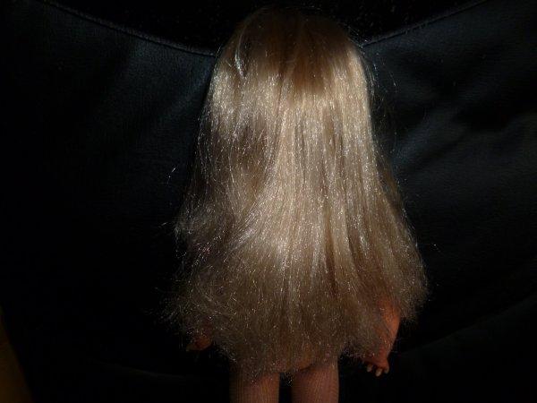 une très jolie blonde, ancien modèle avec des bas beiges reprisés juste aux pieds, et des cheveux un peu crépus aux pointes, vraiment un très joli modèle en bon état !