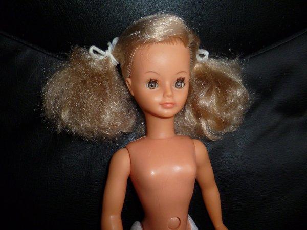 cathie blonde aux yeux bruns !!!! top !!! jambes recollées et bas repris à l'intérieur des cuisses...un joli modèle !